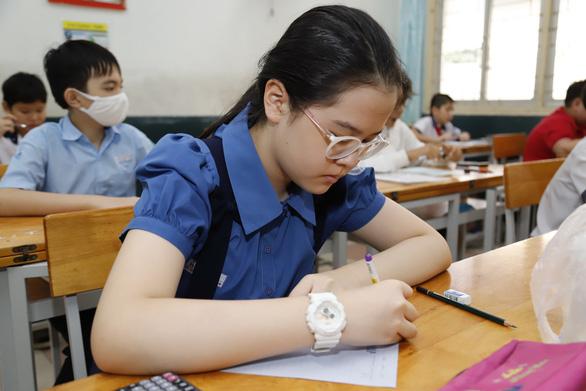 Thi lớp 6 Trường chuyên Trần Đại Nghĩa: thí sinh cười hớn hở vì... đề dễ - Ảnh 1.