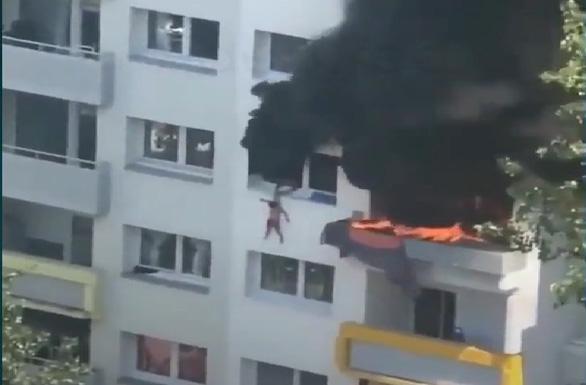 Cứu 2 cậu bé khỏi một tòa nhà cháy: người cứu và người được cứu đều anh hùng - Ảnh 1.