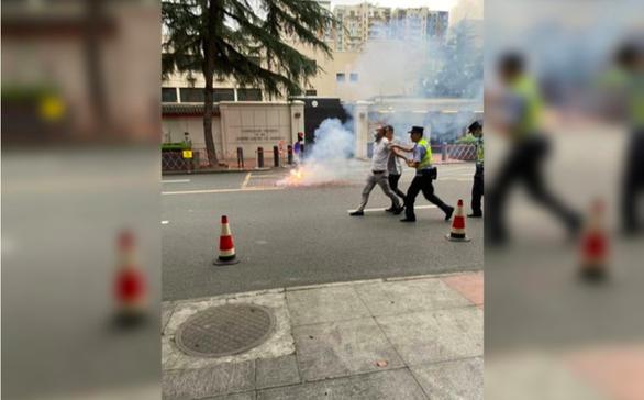 Bắt một người Trung Quốc đốt pháo trước tổng lãnh sự quán Mỹ ở Thành Đô - Ảnh 1.