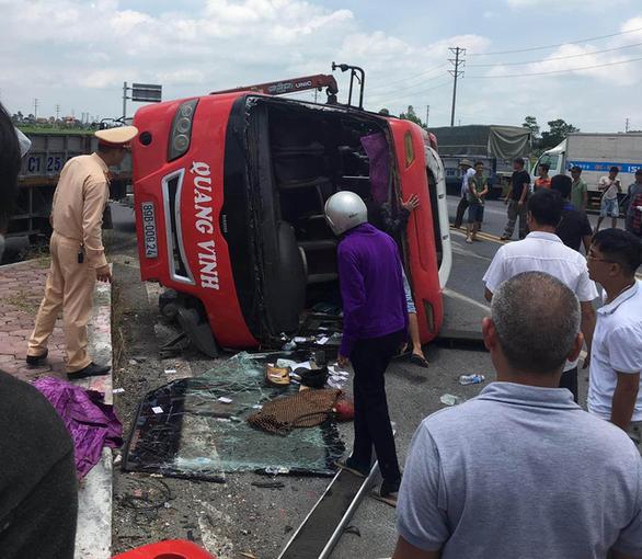 Xe container tông lật ngang xe khách 24 chỗ, 2 người trên xe khách chết trên xe - Ảnh 1.