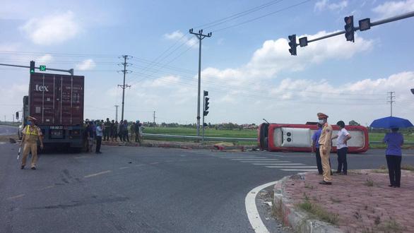 Xe container tông lật ngang xe khách 24 chỗ, 2 người trên xe khách chết trên xe - Ảnh 2.