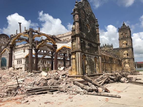 Bi tráng vẻ đẹp nhà thờ Bùi Chu những ngày... trơ cột kèo - Ảnh 7.
