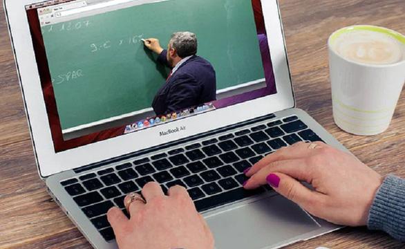 Mỹ không nhận sinh viên nước ngoài chỉ đăng ký lớp học toàn trực tuyến - Ảnh 1.