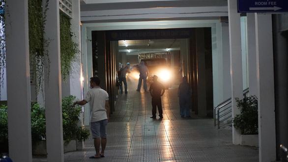 Quân đội phun thuốc khử trùng Bệnh viện Đà Nẵng và Bệnh viện C - Ảnh 5.