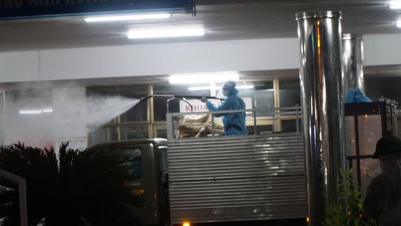 Quân đội phun thuốc khử trùng Bệnh viện Đà Nẵng và Bệnh viện C - Ảnh 6.