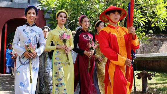 Có đúng là chúa Nguyễn Phúc Khoát khai sinh áo dài Việt Nam? - Ảnh 5.