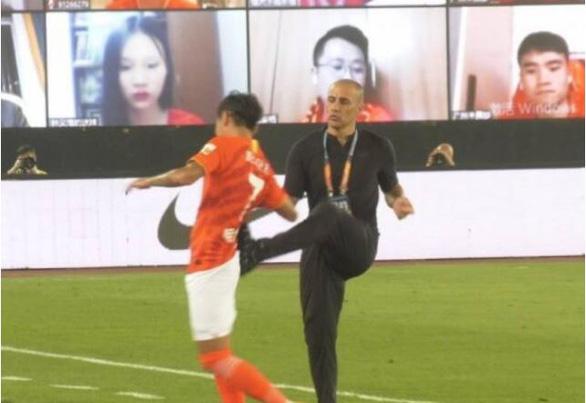 HLV Cannavaro gây tranh cãi khi đá yêu học trò ăn mừng chiến thắng - Ảnh 1.
