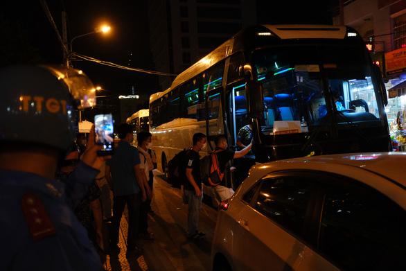 Nhân viên Bệnh viện Đà Nẵng được đưa đi cách ly ở khách sạn ven biển - Ảnh 1.