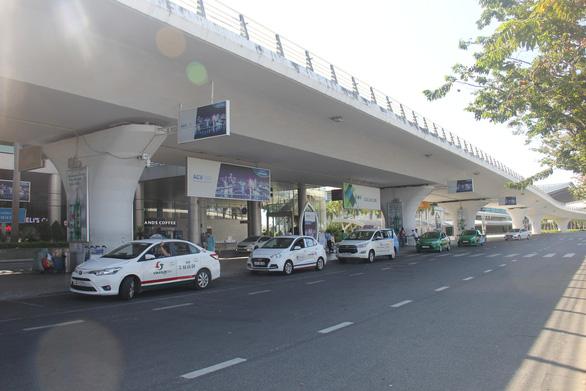 Xe chở khách ở Đà Nẵng vẫn chạy nhưng khách phải khai thông tin - Ảnh 1.