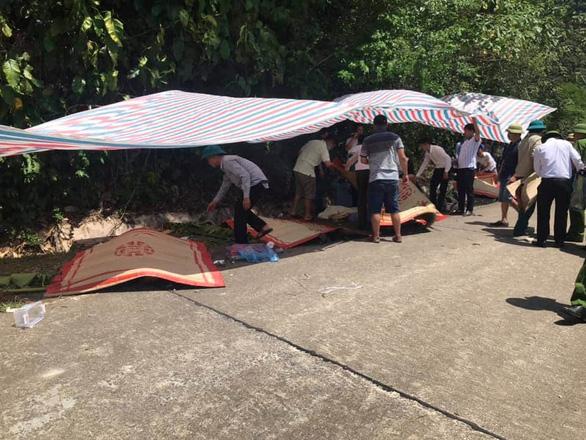 Phó thủ tướng thường trực vào Quảng Bình sau vụ lật xe làm 13 người chết - Ảnh 5.