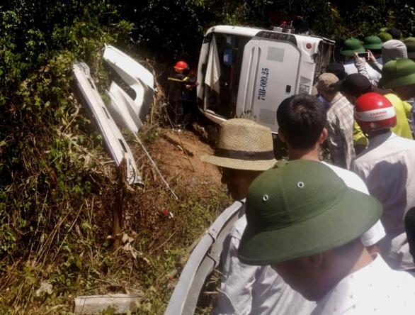 Phó thủ tướng thường trực vào Quảng Bình sau vụ lật xe làm 13 người chết - Ảnh 4.