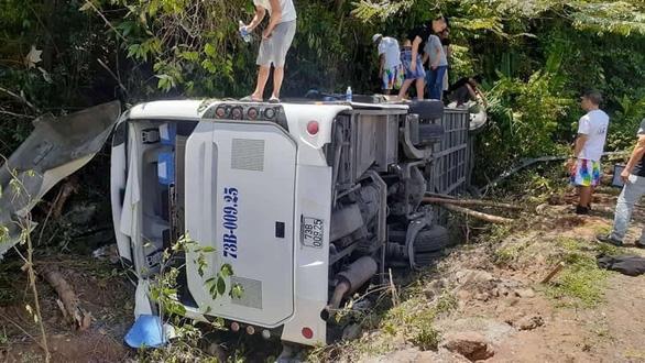 Lật xe chở đoàn đi họp lớp, ít nhất 11 người chết - Ảnh 3.