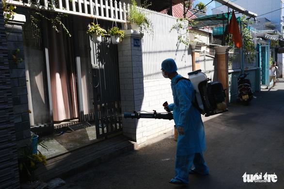 Điều tra dịch tễ, khử trùng khu vực nhà bệnh nhân người Đà Nẵng thứ hai nhiễm virus corona - Ảnh 5.