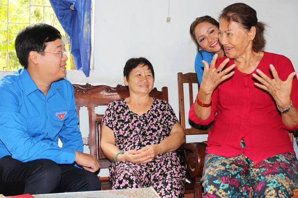 Bí thư thứ nhất Trung ương Đoàn, hoa hậu HHen Niê thăm cựu TNXP, gia đình chính sách - Ảnh 1.