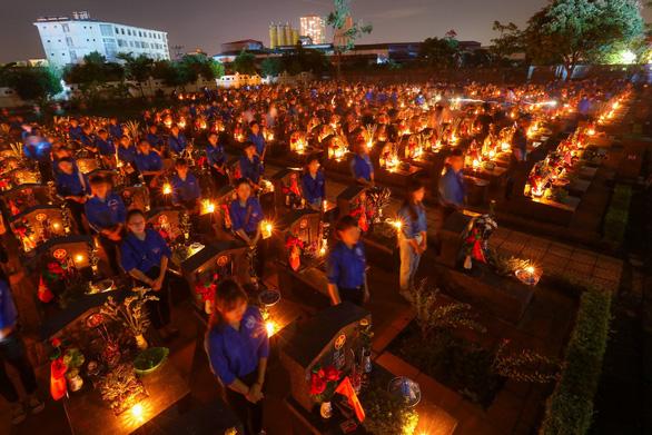 Thắp lên hàng ngàn ngọn nến sáng tri ân các anh hùng liệt sĩ - Ảnh 1.