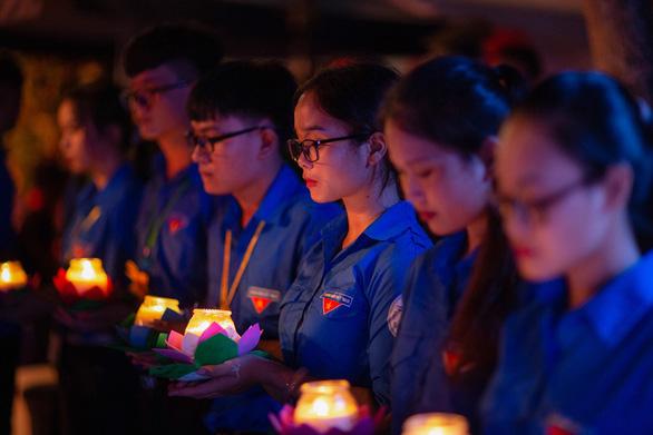 Thắp lên hàng ngàn ngọn nến sáng tri ân các anh hùng liệt sĩ - Ảnh 3.
