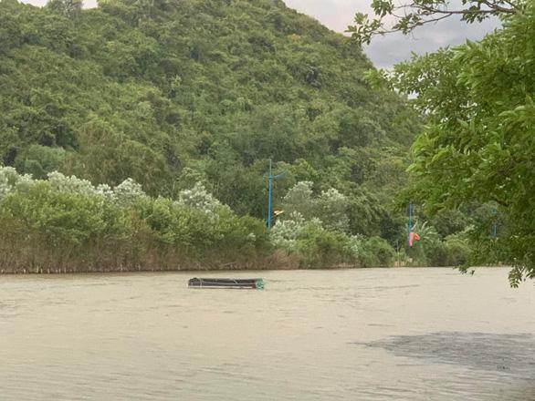 Mưa dông làm lật thuyền chở du khách ở chùa Hương - Ảnh 1.