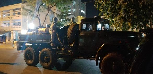Quân đội phun thuốc khử trùng Bệnh viện Đà Nẵng và Bệnh viện C - Ảnh 2.