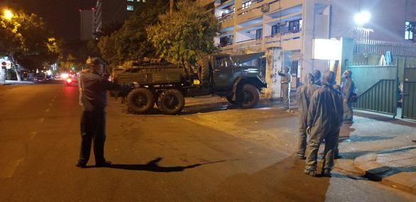 Quân đội phun thuốc khử trùng Bệnh viện Đà Nẵng và Bệnh viện C - Ảnh 3.