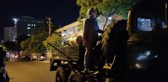 Quân đội phun thuốc khử trùng Bệnh viện Đà Nẵng và Bệnh viện C - Ảnh 4.