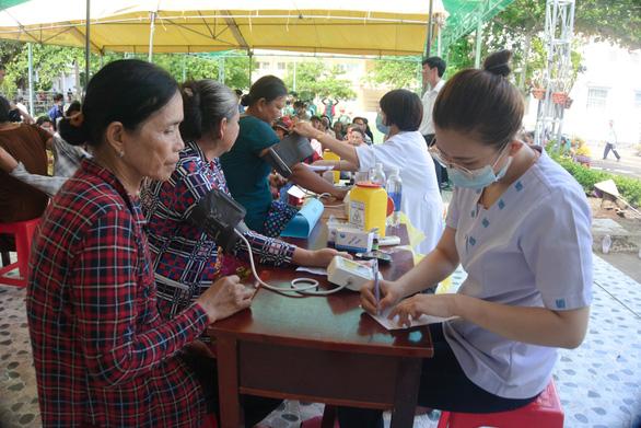 Khám chữa bệnh và phát quà cho hơn 1.000 người ở vùng biên giới - Ảnh 1.