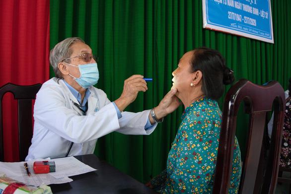 Khám chữa bệnh và phát quà cho hơn 1.000 người ở vùng biên giới - Ảnh 2.