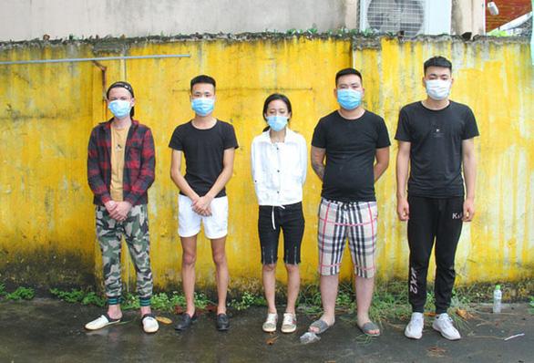 Bắt 2 ôtô đang từ Lào Cai vào Nha Trang chở 10 người Trung Quốc nhập cảnh trái phép  - Ảnh 1.