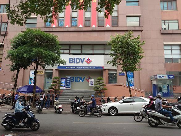Hai nghi phạm nổ súng cướp 900 triệu tại BIDV ném lựu đạn khi chạy trốn - Ảnh 1.