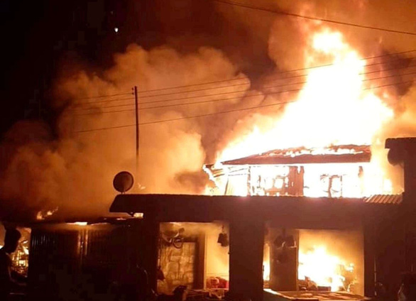 Cháy chợ người Việt trên đất Lào, 2 xe chữa cháy từ Quảng Trị sang giúp - Ảnh 1.