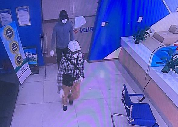 Công bố ảnh 2 nghi phạm nổ súng cướp 900 triệu đồng ở ngân hàng BIDV - Ảnh 1.