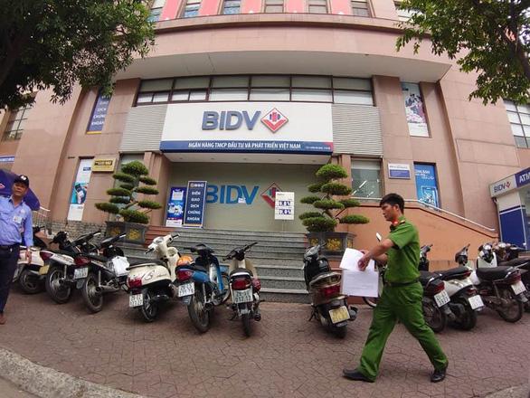 2 nghi phạm nổ súng cướp tiền tại chi nhánh Ngân hàng BIDV - Ảnh 1.