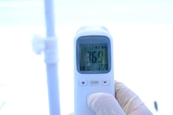 Chốt kiểm tra y tế vào cửa ngõ Quảng Ngãi phòng chống COVID-19 hoạt động trở lại - Ảnh 2.
