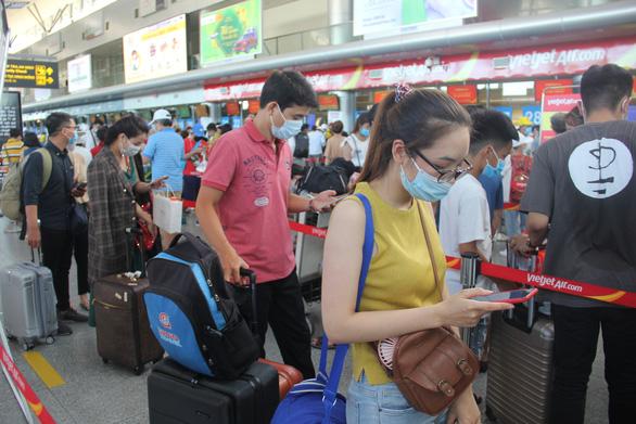 Trước giờ cách ly Đà Nẵng, khách đi máy bay giảm, đường bộ tăng - Ảnh 1.