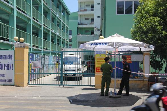 Một số bệnh nhân và người nhà leo rào rời Bệnh viện Đà Nẵng trước giờ cách ly - Ảnh 3.
