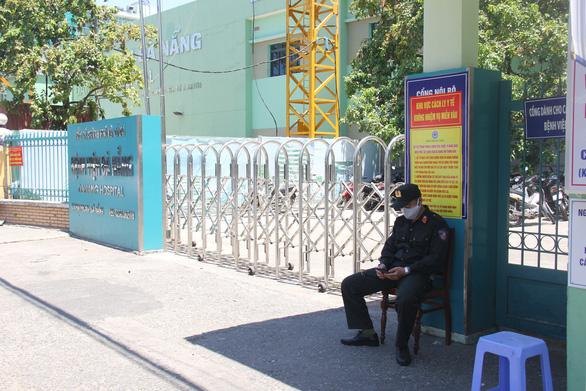 Một số bệnh nhân và người nhà leo rào rời Bệnh viện Đà Nẵng trước giờ cách ly - Ảnh 1.