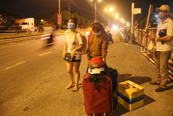 Trước giờ cách ly Đà Nẵng, khách đi máy bay giảm, đường bộ tăng - Ảnh 2.