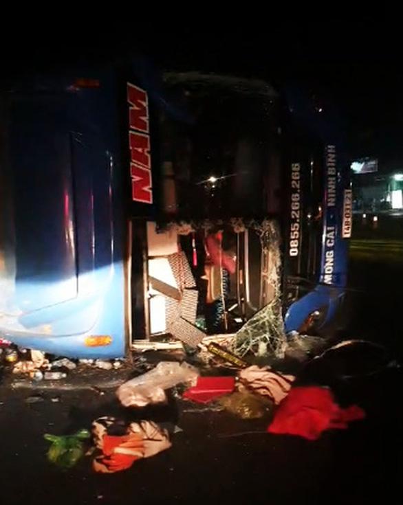 Lại xe khách giường nằm lật nghiêng trên quốc lộ, nhiều người bị thương - Ảnh 1.