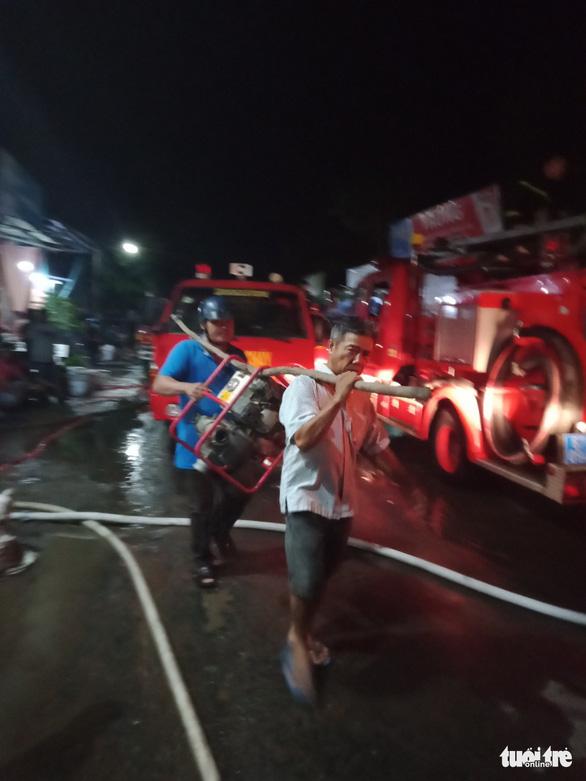 Gần 3 giờ mới dập được cháy ở công ty xay xát lúa gạo - Ảnh 1.