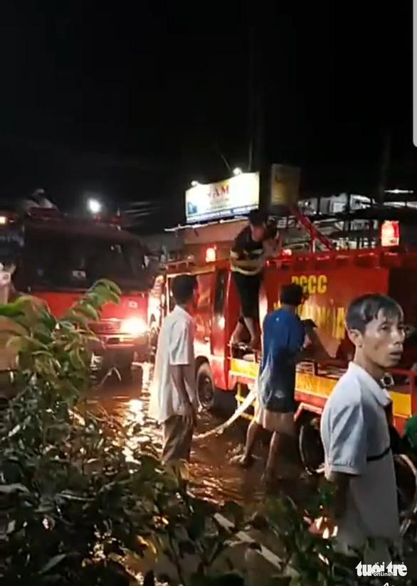 Gần 3 giờ mới dập được cháy ở công ty xay xát lúa gạo - Ảnh 3.