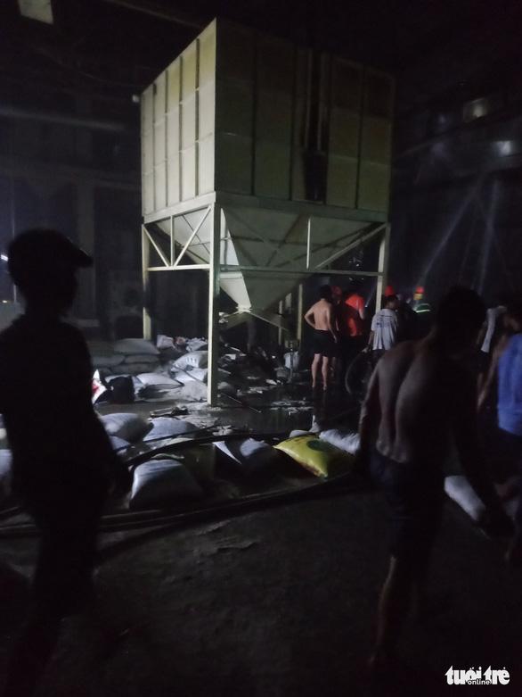 Gần 3 giờ mới dập được cháy ở công ty xay xát lúa gạo - Ảnh 4.