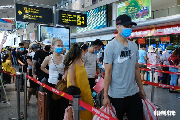Hàng không tăng chuyến tối đa đưa du khách rời Đà Nẵng trước 0h ngày 28-7 - Ảnh 1.