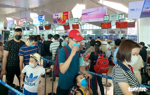 Hơn 2.000 người Nghệ An từ Đà Nẵng về, cách ly 4 người - Ảnh 1.