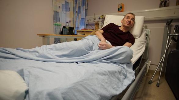Đài BBC phỏng vấn phi công Anh: Tất cả bác sĩ giỏi nhất VN vào cuộc cứu anh ấy - Ảnh 1.