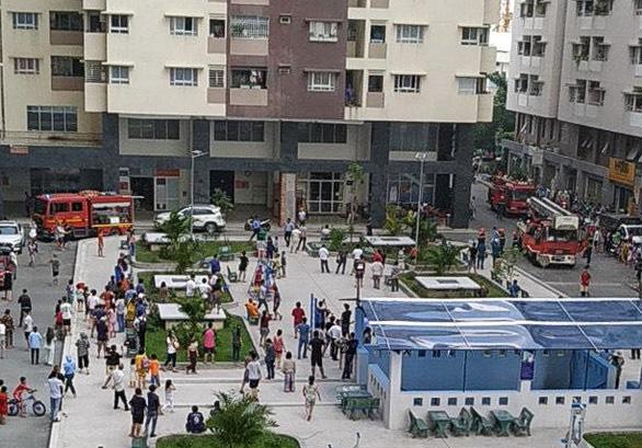 Cháy chung cư ở quận Gò Vấp, người dân hoảng loạn tháo chạy - Ảnh 2.