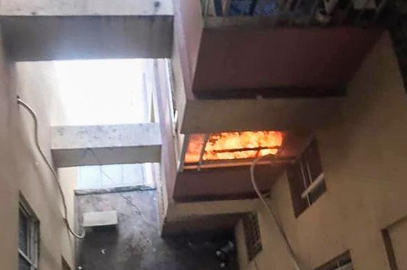 Cháy chung cư ở quận Gò Vấp, người dân hoảng loạn tháo chạy - Ảnh 1.