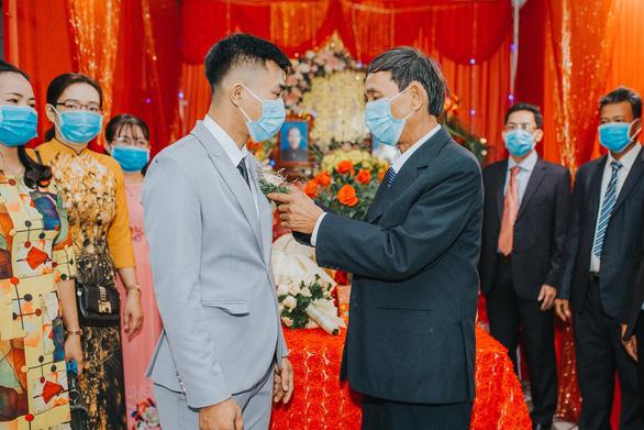 Đám cưới ở Quảng Ngãi, hai họ cùng đeo khẩu trang, không mời tiệc - Ảnh 2.