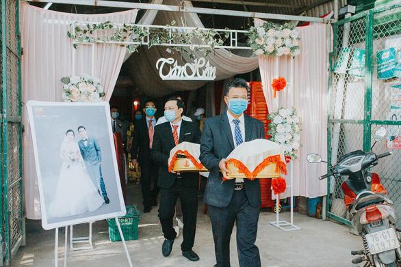 Đám cưới ở Quảng Ngãi, hai họ cùng đeo khẩu trang, không mời tiệc - Ảnh 3.