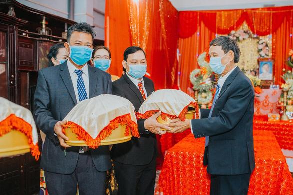 Đám cưới ở Quảng Ngãi, hai họ cùng đeo khẩu trang, không mời tiệc - Ảnh 1.