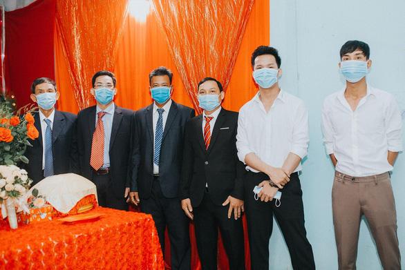 Đám cưới ở Quảng Ngãi, hai họ cùng đeo khẩu trang, không mời tiệc - Ảnh 4.