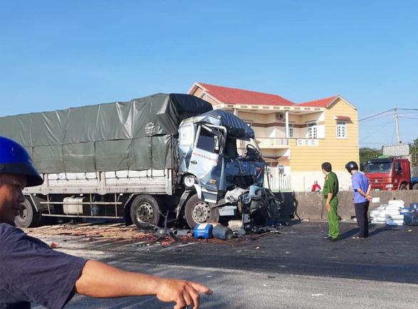Tông vào đuôi xe dừng chờ đèn đỏ phía trước, tài xế xe tải chết kẹt trong cabin - Ảnh 1.